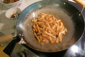 Thai-Style Wide Noodles In Thick Sauce, 'Kuaytiao Lad Na' - Fry the noodles