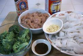 Thai-Style Wide Noodles In Thick Sauce, 'Kuaytiao Lad Na' - Ingredients ready