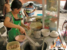Sidewalk Guide to Bangkok's Finest Street Vendors - Saochingcha Area - Delicious Noodle Shop
