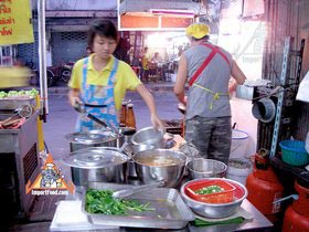 Sidewalk Guide to Bangkok's Finest Street Vendors - Thong Lor Area - Radna Thong Lor