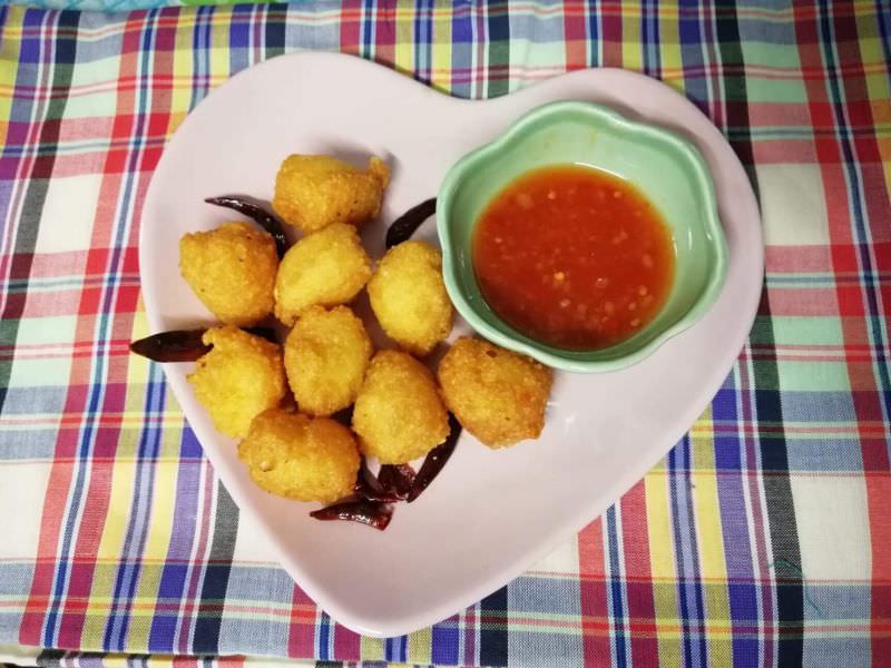 Fried Thai Pastry Balls with Tamarind-Garlic Sauce, 'Bayia'