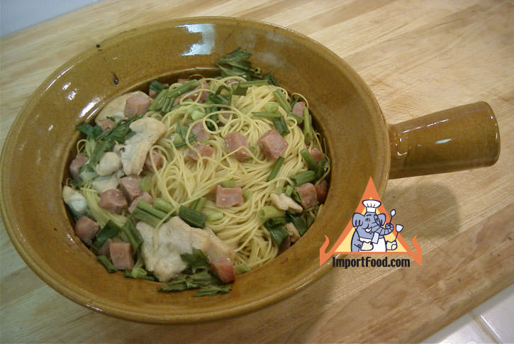 Noodles baked in clay pot bamee gai op mor din