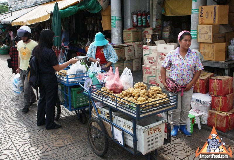 Selling Fresh Longan in Thailand