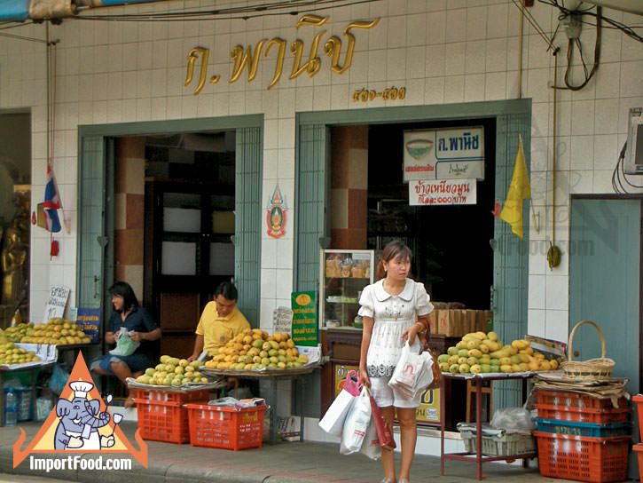 Kao Neeo Korpanich Offers Sticky Rice With Mango